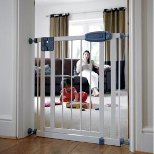 sg5_swing_shut_safety_gate_lifestyle_2